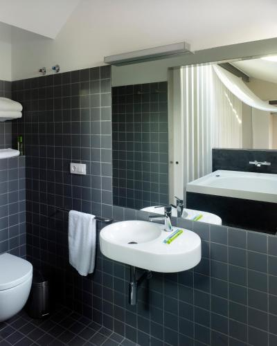Deluxe Double Room with Bath Moure Hotel 10