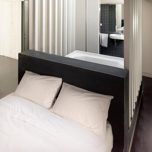 Deluxe Double Room with Bath Moure Hotel 13