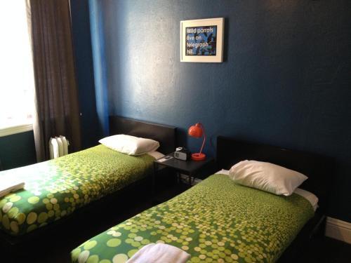 HI San Francisco Downtown Hostel Двухместный номер с 2 отдельными кроватями и ванной комнатой