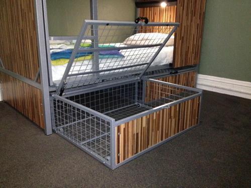 HI San Francisco Downtown Hostel Кровать в 4-местном общем номере для мужчин с общей ванной комнатой в коридоре