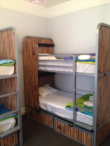 HI San Francisco Downtown Hostel Кровать в 4-местном общем номере для женщин с общей ванной комнатой в коридоре