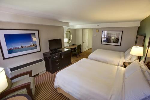 Hampton Inn Chicago Downtown/Magnificent Mile Номер с 2кроватями размера «queen-size» и безбарьерной душевой— Подходит для гостей с ограниченными физическими возможностями