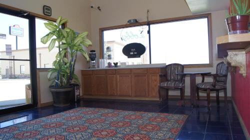 Holiday Lodge & Suites - McAlester, OK 74501