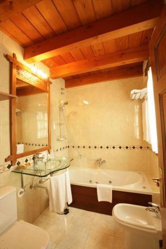 Superior Double Room Hôtel & Spa Etxegana, The Originals Relais (Relais du Silence) 7