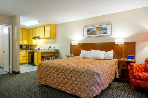Days Inn By Wyndham Mission Valley Qualcomm Stadium/Sdsu - San Diego, CA 92120