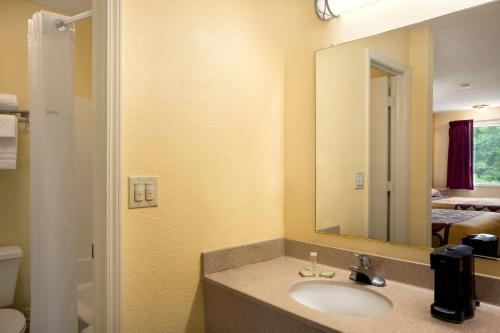 Super 8 By Wyndham Indianapolis - Indianapolis, IN 46237