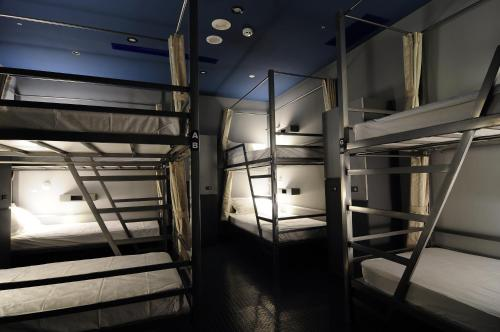 Litera en habitación compartida masculina (Bunk Bed in Male Dormitory Room )