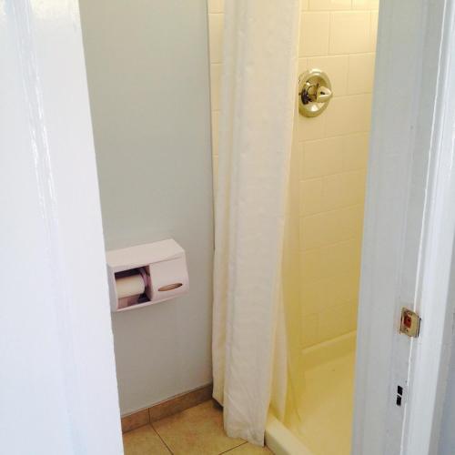 HI San Francisco Downtown Hostel Кровать в общем номере для мужчин с 4 кроватями и ванной комнатой