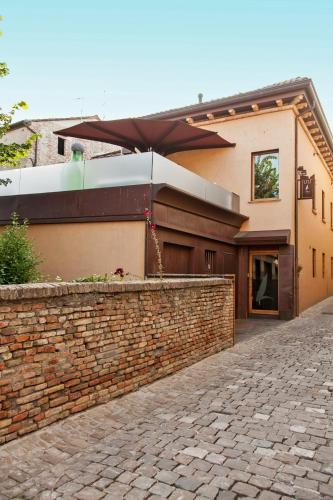 Via Dante Alighieri 2, 61012 Gradara, Italy.