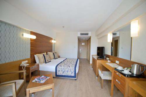 Quarto Duplo ou Twin com Vista Mar Parcial (Double or Twin Room with Partial Sea View)