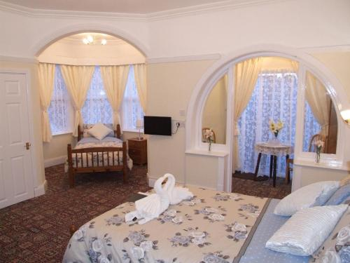 Knighton Lodge - Photo 4 of 63