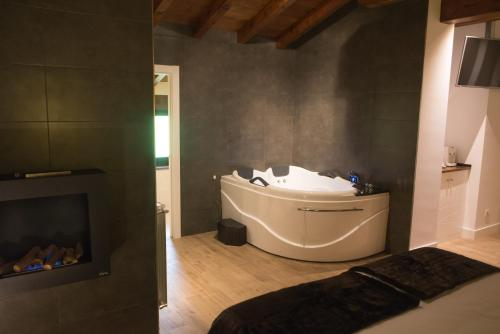 King Suite with Spa Bath - single occupancy Osabarena Hotela 9