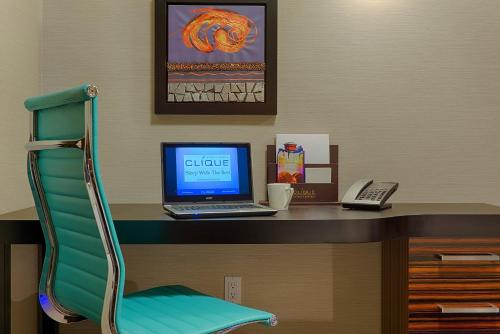 Hotel Clique Calgary Airport - Calgary, AB T2E 7Y5