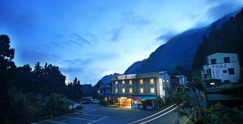 Fenchihu Street Hotel
