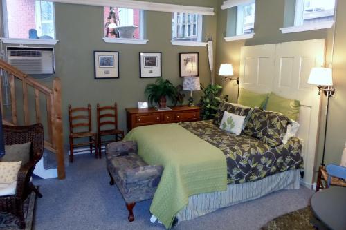 Texaco Bungalow Vacation Rentals - Eureka Springs, AR 72632
