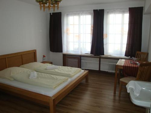 Cameră dublă standard cu toaletă și baie comună (Standard Double Room with Shared Bathroom and Toilet)
