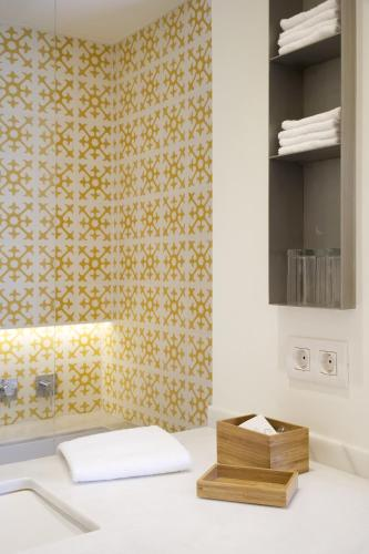 Double Room with Garden View and Balcony Hostal Spa Empúries 12