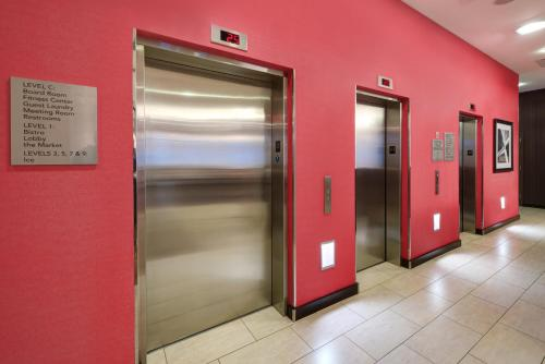 Courtyard by Marriott Times Square West Номер с кроватью размера «king-size»