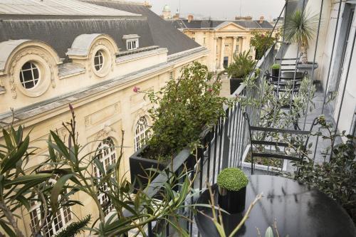 19 place du Panthéon, 75005 Paris, France.