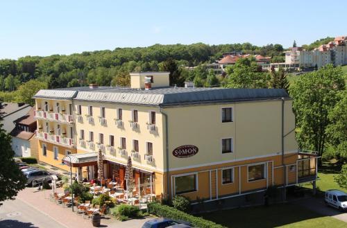 . Simon - Hotel & Café