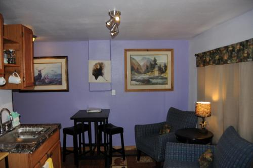 Yellowstone Self Catering Lodging - Adults Only - West Yellowstone, MT 59758