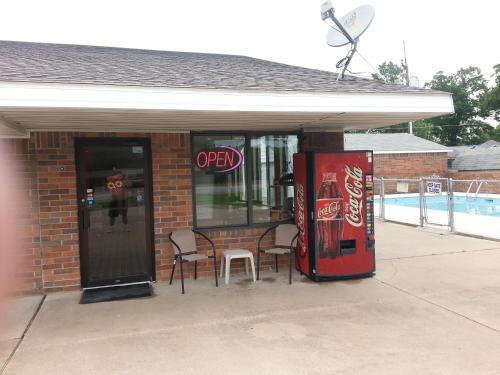 Holiday Pines Motel - Jay, OK 74346