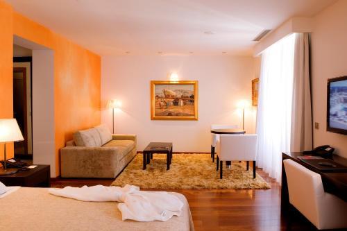Suite Junior con servicio gratuito de enlace con el aeropuerto Hotel Mirador de Dalt Vila 24
