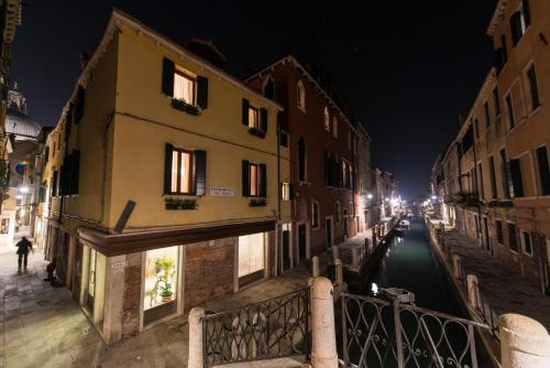 Calle del Bastion, 193/B (angolo fondamenta Ca' Balà), Venice 30123, Veneto, Italy.