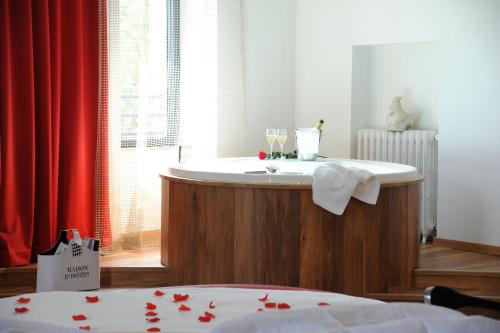 Deluxe Suite with Spa Bath 03