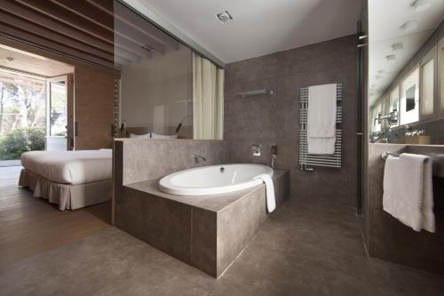 Superior Double Room with Garden View Hostal Spa Empúries 13