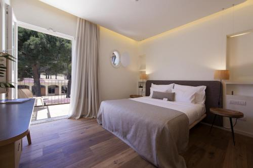 Double Room with Garden View and Balcony Hostal Spa Empúries 14