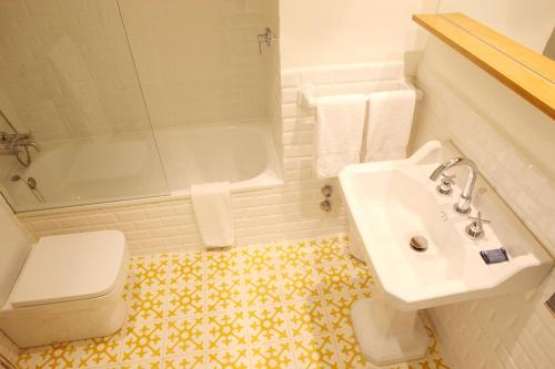 Double Room with Garden View and Balcony Hostal Spa Empúries 19