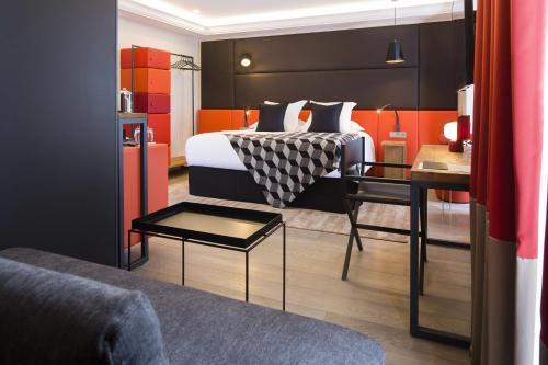 12-14 Rue Joseph de Maistre, 75018 Paris, France.