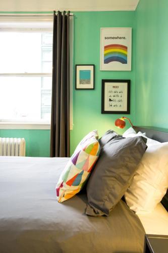 HI San Francisco Downtown Hostel Номер с кроватью размера «queen-size» и собственной ванной комнатой