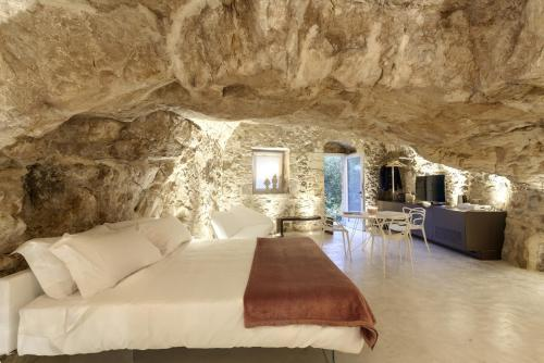Via XI Febbraio 15, 97100 Ragusa, Sicily, Italy.