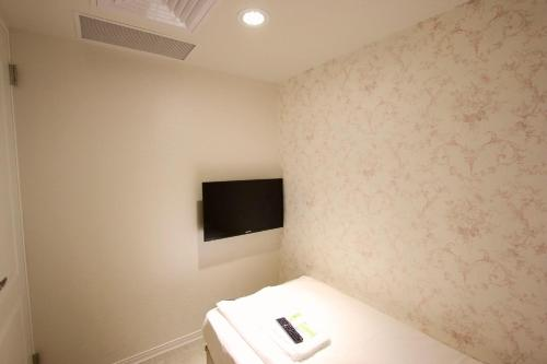 女性宿舍房的單人床 (Single Bed in Female Dormitory Room)