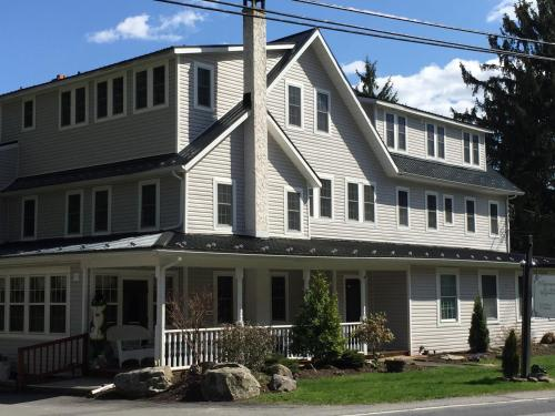 The Frogtown Inn - Accommodation - Canadensis