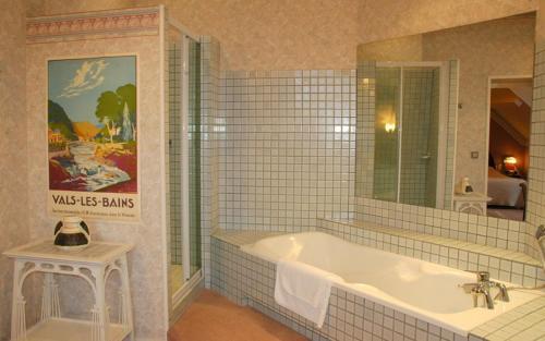 Фото отеля Hotel The Originals Chateau de Nieuil (ex Relais du Silence)