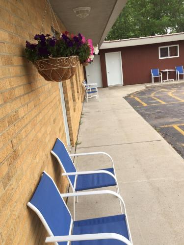 Highland Court Motel - Fairmont, MN 56031