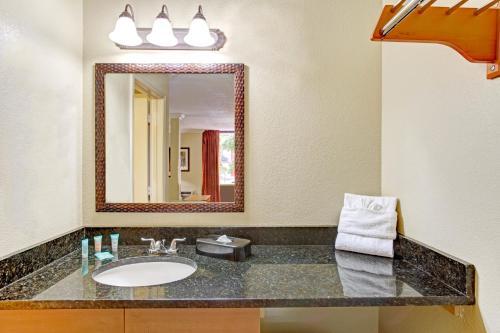 Days Inn By Wyndham Kissimmee West - Kissimmee, FL 34741