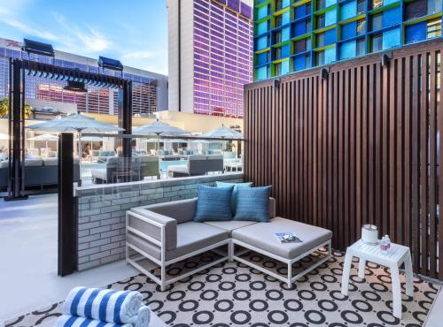 Deluxe Poolside Cabana, 1 King, Non-Smoking - Caesars Suites