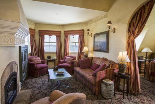 Mediterranean Estate Guestroom