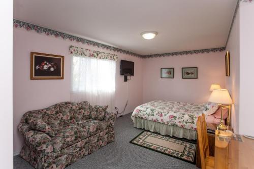 Midnight Sun Inn - Bed & Breakfast - Photo 3 of 31