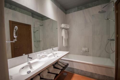 Deluxe Triple Room Palacio Pinello 8