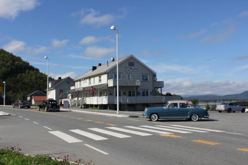 Ulvsvåg Gjestgiveri Og Fjordcamping
