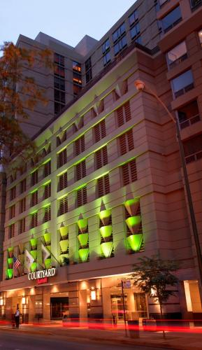 Courtyard by Marriott Chicago Downtown-River North