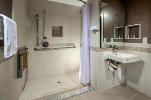 Hotel Aventura - Los Angeles, CA 90006