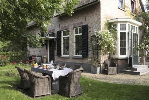Buitengoed De Uylenburg, Pension in Delft