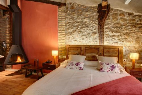 Deluxe Double Room with fireplace and arc Hotel La Freixera 3