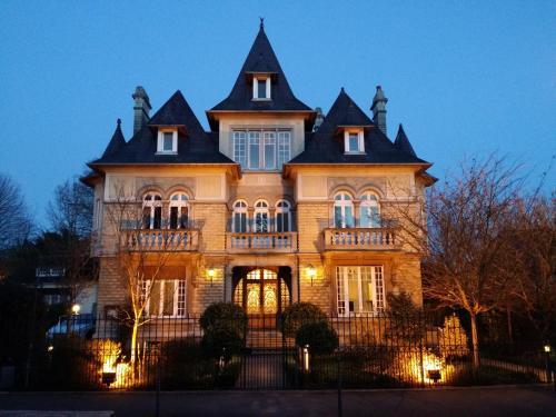 . Le Castel Guesthouse